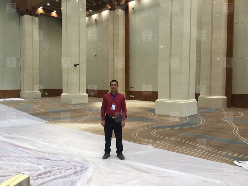 天戈黄董在敦煌国际会展中心会议厅