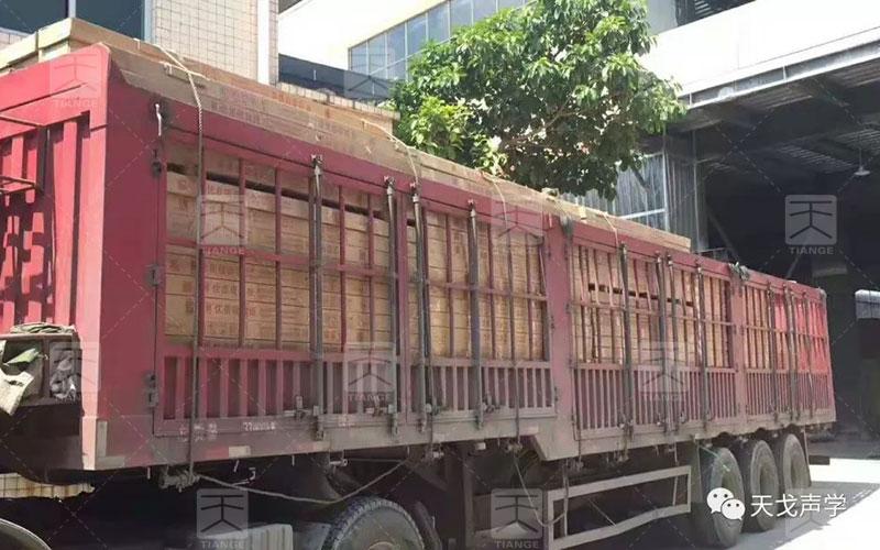 满载货品的大货车