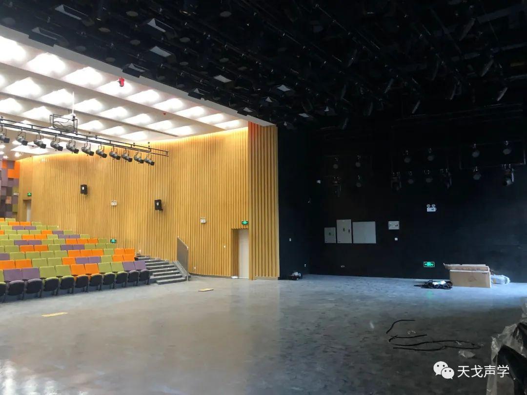 坂田北国际化学校小剧场舞台侧面